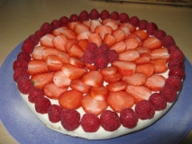 Tarta helada de queso con fresas y frambuesas