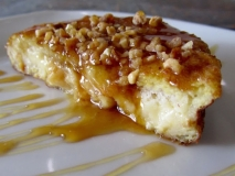 Torrijas con crema de orujo, miel y almendras