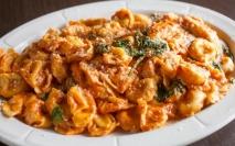 Tortellinis de queso con salsa de tomate y olivas