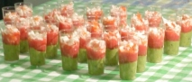 Vasitos de aguacate, tomate y surimi