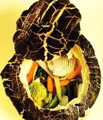 Verduras y calamares con hojaldre negro